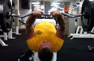 Gryf łamany użyty podczas ćwiczenia tricepsów