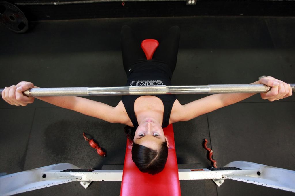 Gryf prosty użyty do treningu klatki piersiowej
